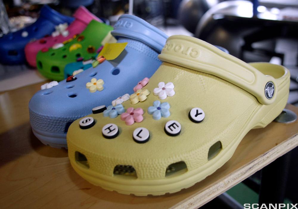 Dekorerte Crocs. Foto.