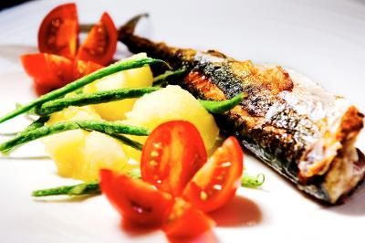 Stekt makrell med tilbehør. Foto.