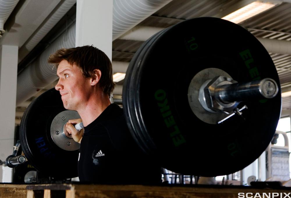 Spydkasteren Andreas Thorkildsen trener styrketrening
