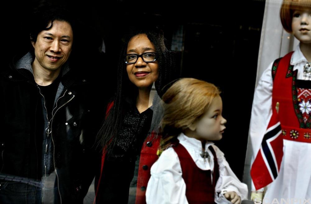 Programlederne Karyn de Laine Bennett-Lund fra USA (t.h.) og Hung Mai Ba fra Vietnam (t.v.) i TV-progammet Migrapolis i NRK har