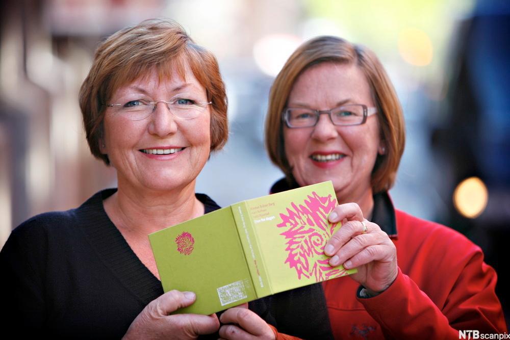 Kirsten Bråten Berg og Astri Rysstad har gitt ut en bok med norske stev