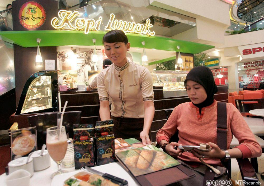 En kunde får servert Kopi Luwak. Foto.