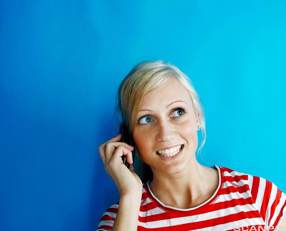 Jente snakker i mobiltelefon. Foto.