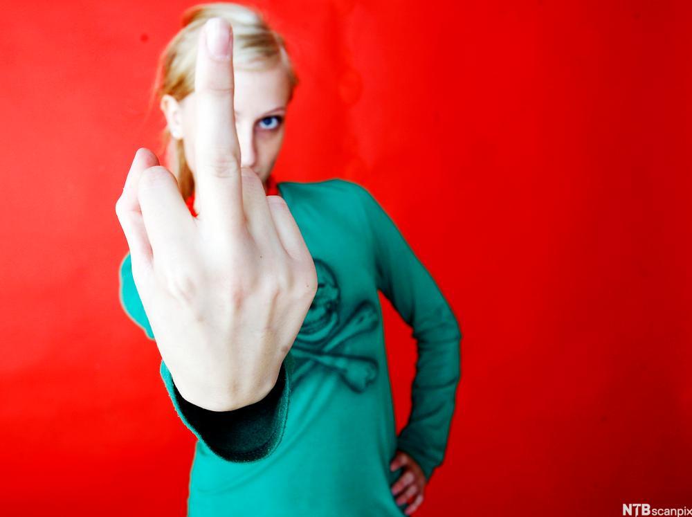 Kvinne viser fingeren. Foto.