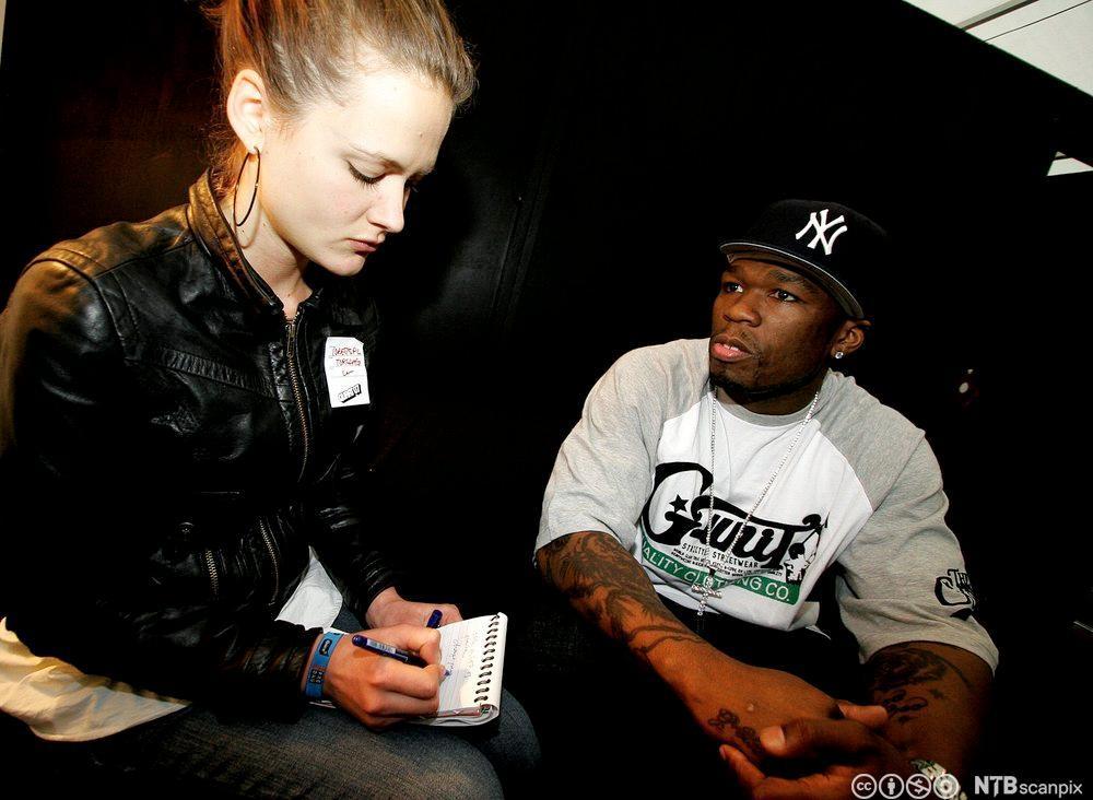 Rapperen 50 cent blir intervjuet av den unge VG-sjournalisten Siri Færder. Fotografi.