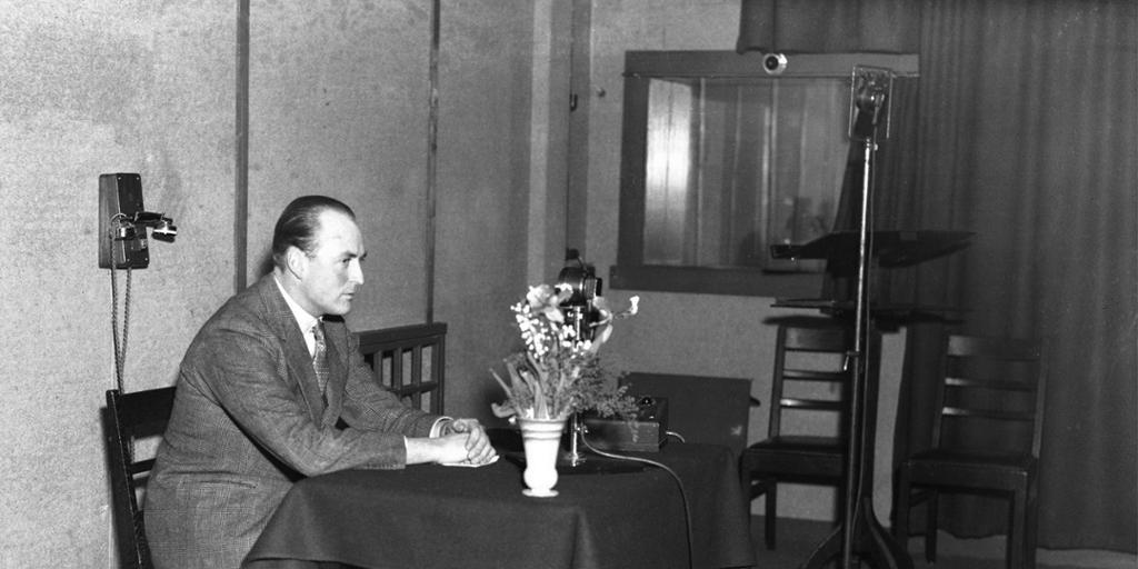 Daværende kronprins Olav taler til det norske folk i NRK radio i 1933.