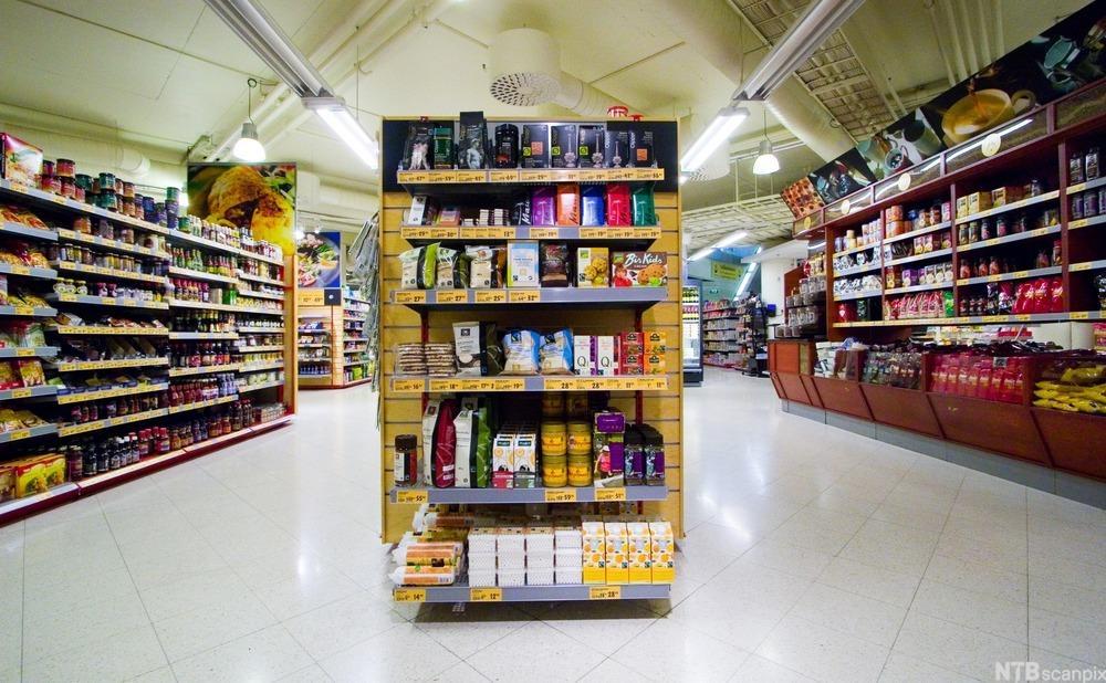 Butikkhyller med  forskjellig utvalg av matvarer. Foto.