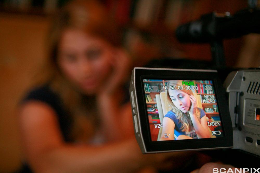 """Skuespiller Alexandra Dreyfus i ferd med å ta opp en scene i web-dramaet """"LonelyGirl15"""" i 2007."""