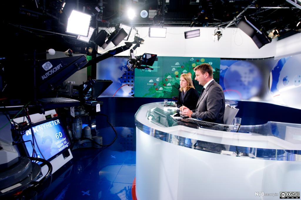 Gry Blekastad Almås og Jon Gelius i NRKs nyhets-studio. Foto.