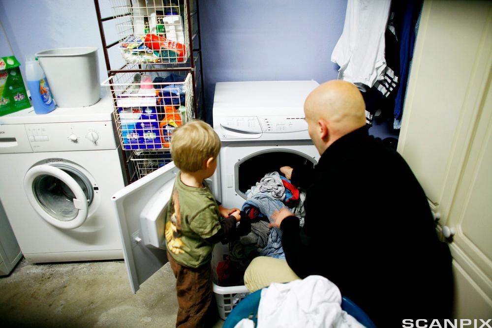 Far og sønn gjør husarbeid. Bilde.