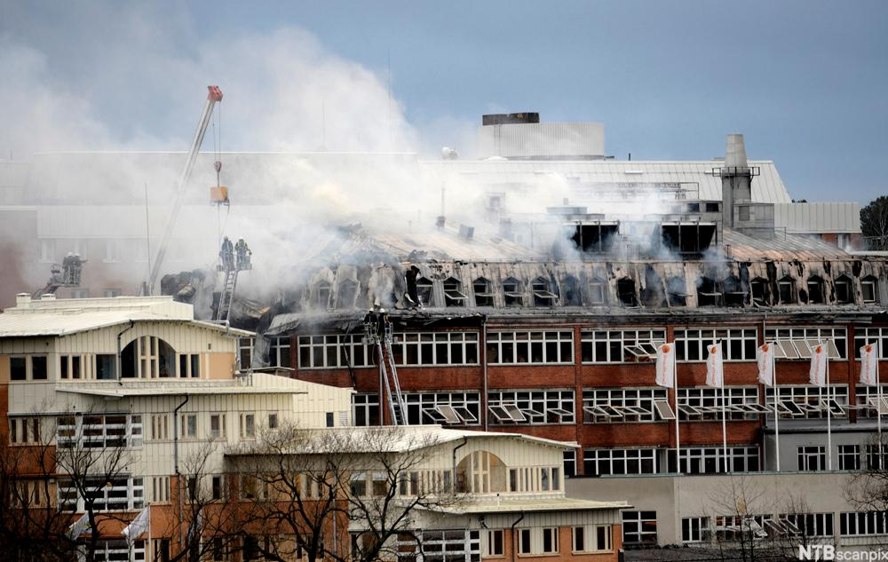 Hus som det kommer røyk ut av. Foto