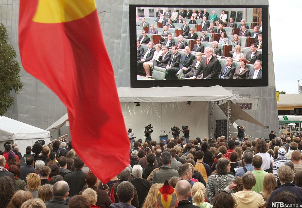 aboriginere samlet for å høre Kevin Rudds unnskyldning i 2008. Foto.