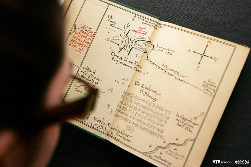 """Ei førsteutgave av boka """"The Hobbit"""" fra 1937 sjekkes før auksjon. Foto."""
