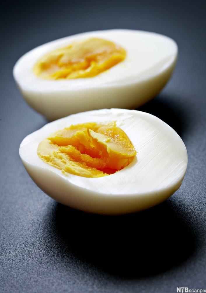 Hardkokt egg delt i to. Foto.