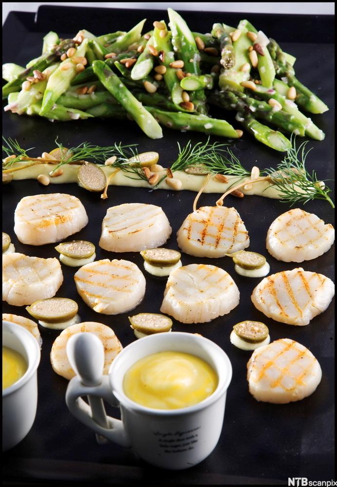 vilde av Ristet kamskjell, marinert asparges og parmesanmajones. Foto.