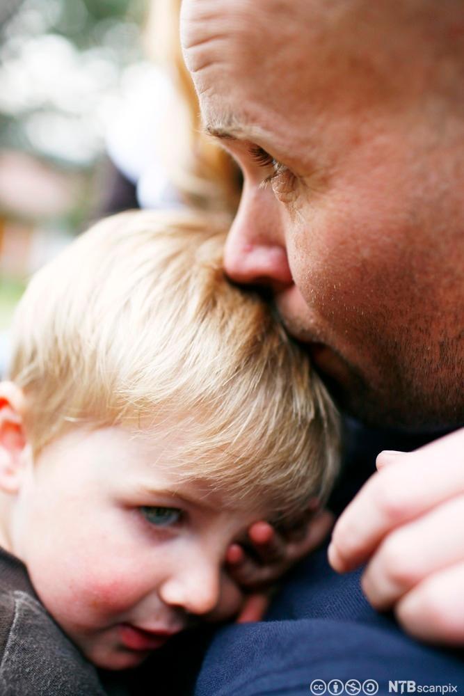 Liten gutt får trøst. Foto.