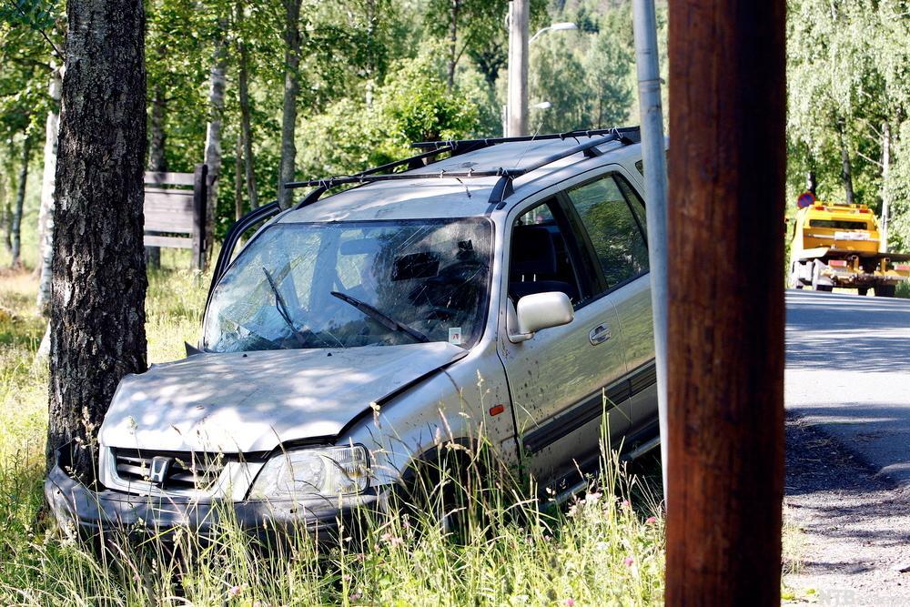 Bil som har krasjet i et tre. Foto.