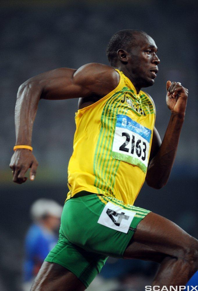 Usain Bolt viser muskelstyrke. Foto.