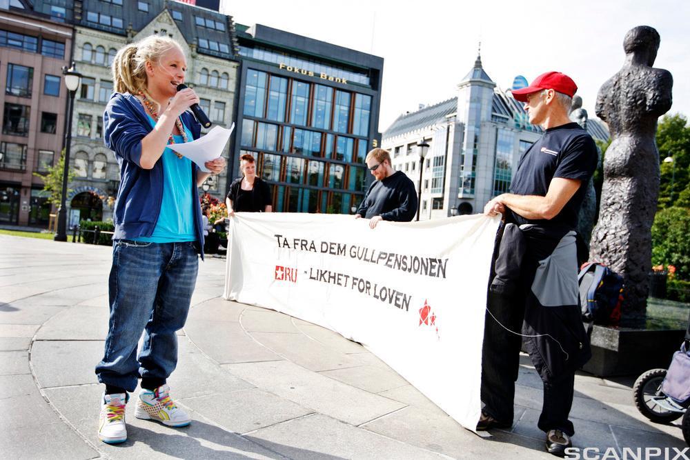 Mari Røsjø fra Rød Ungdom holder en politisk appell. Foto.
