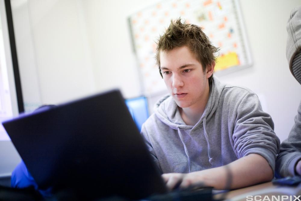 Gutt med datamaskin