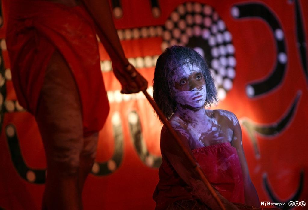 Et fotografi av en aboriginerjente som utfører en tradisjonell dans.