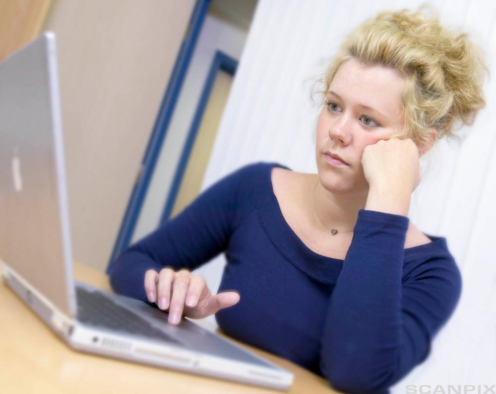 Ung kvinne med laptop. Foto.