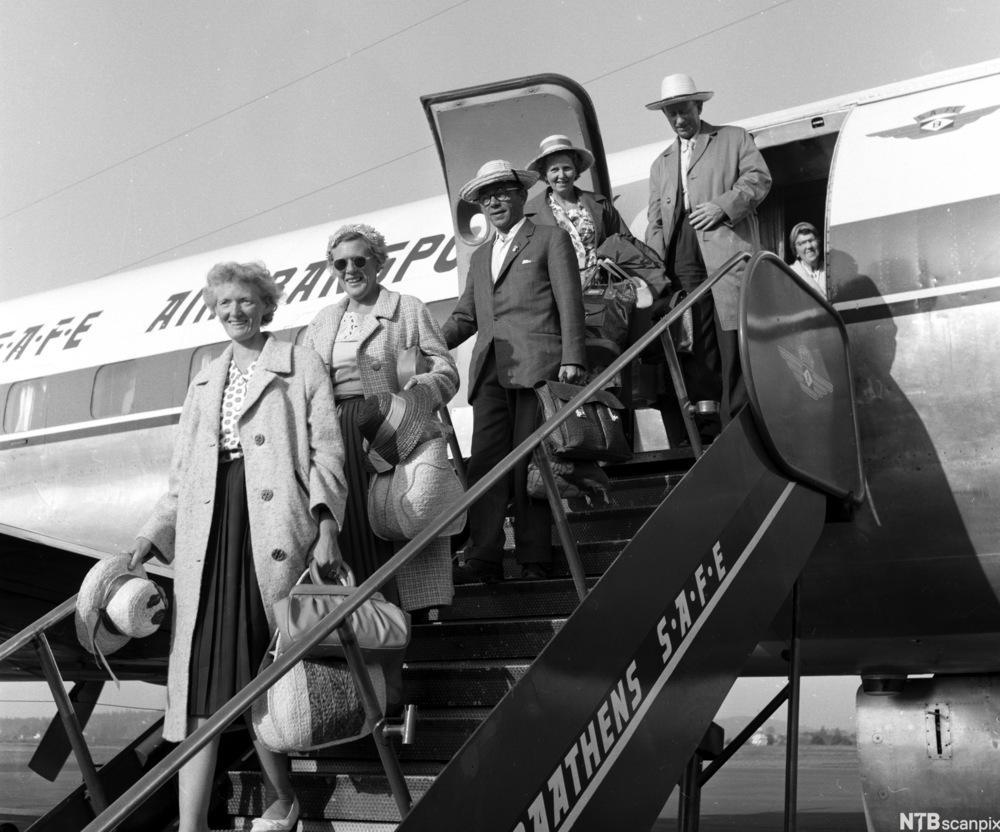 «Skål, Oline, for vår første ferie på 31 år!» Charterturistar på veg ut av flyet for å feriere på Mallorca i 1961. Oline vann tu