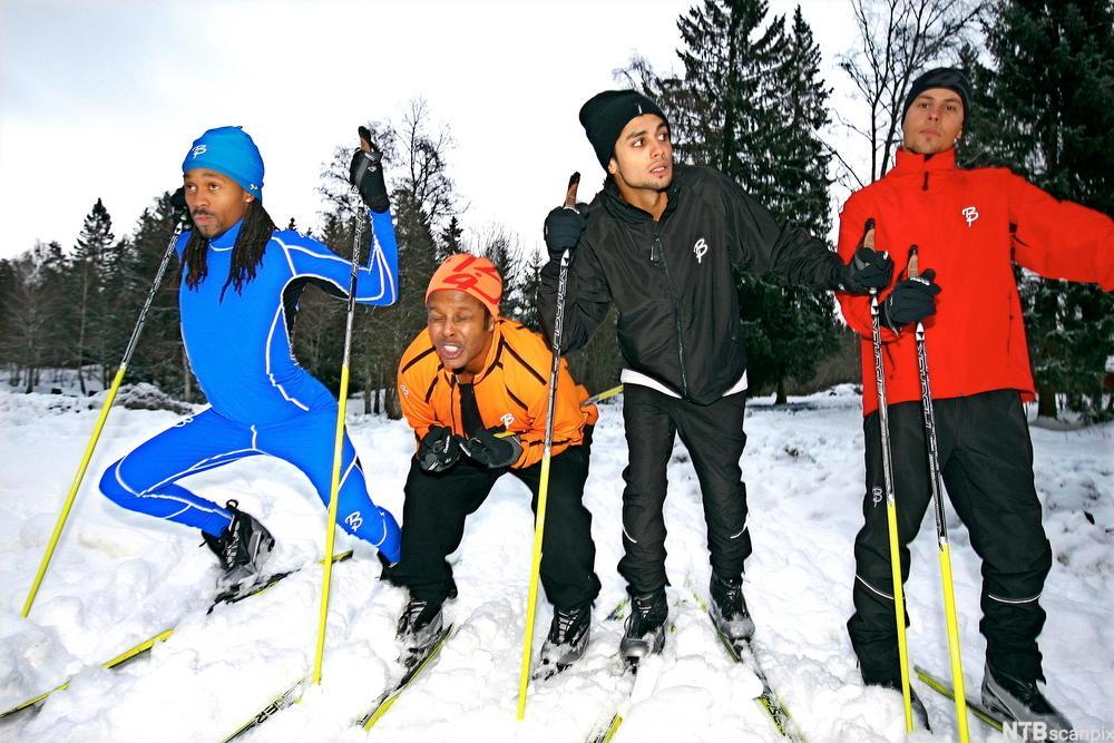 Bilde av Madcon og Carpe Diem som konkurrerer på langrennsski.