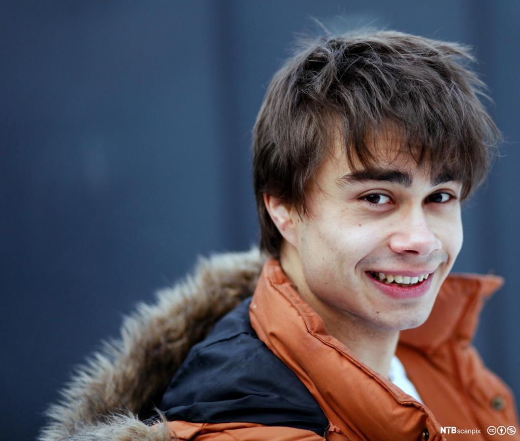 Portrett av en smilende Alexander Rybak. Foto.