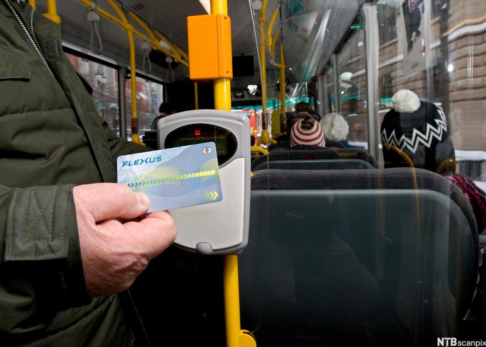 Passasjere betaler elektronisk på puss. foto.