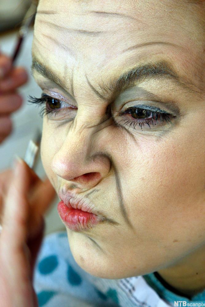Bilde av skuespiller Charlotte Frogner, sminket som gammel kvinne