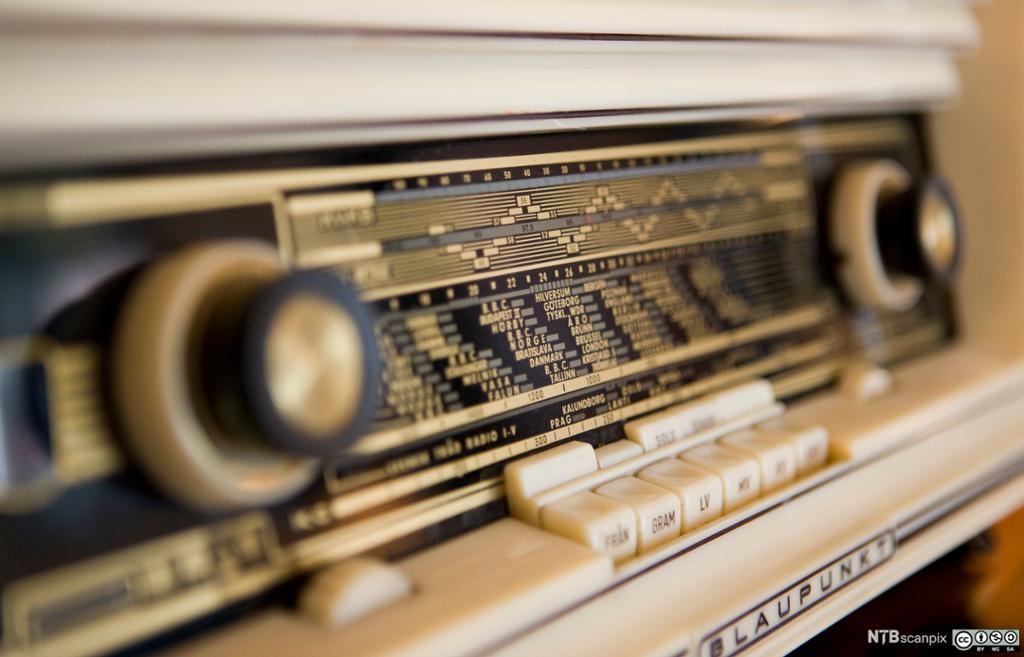Nærbilde av gammel Blaupunkt radio. Foto.
