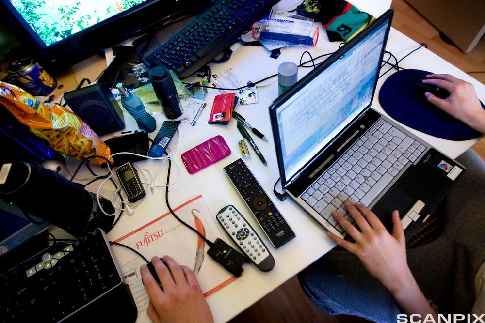 Unge som bruker ulike digitale enheter. Foto.