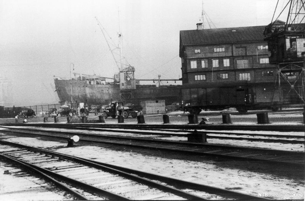 Det tyske skipet Donau i bakgrunnen med jernbanen i forgrunnen, 1942. Donau skulle ta 530 norske jøder til konsentrasjonsleirene i Tyskland. Foto.
