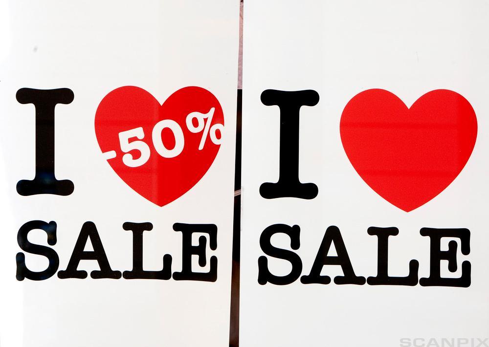 """Salgsplakat med teksten """"I love 50 prosent sale"""". Foto."""