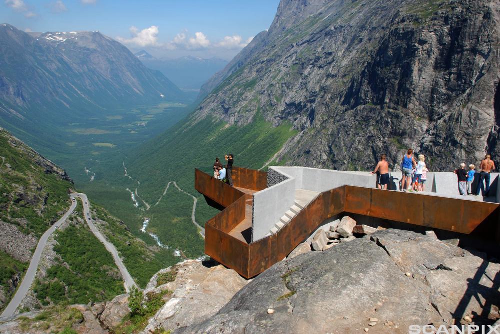 Turister deltar på åpning av de nye utkikkplatået i Trollstigen. Foto.