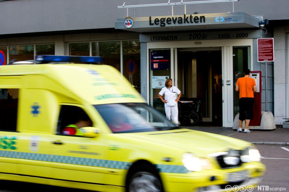 Ambulanse foran inngangen til legevakten i Oslo. Foto.