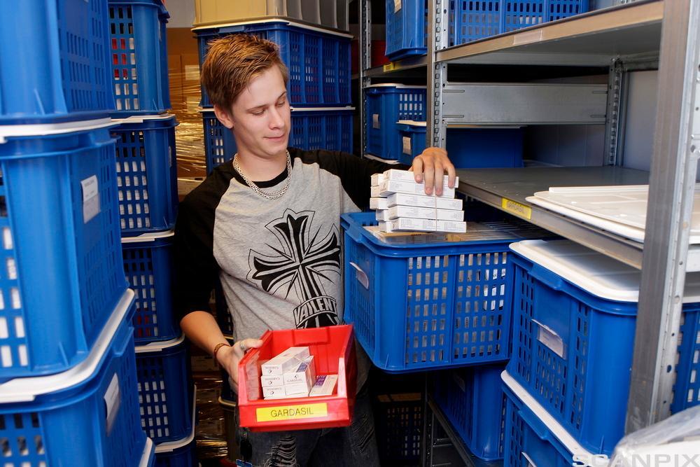 Bilde av en konsulent som viser fram Folkehelseinstituttets lager av HPV-vaksine i Oslo, 17. juli 2009.