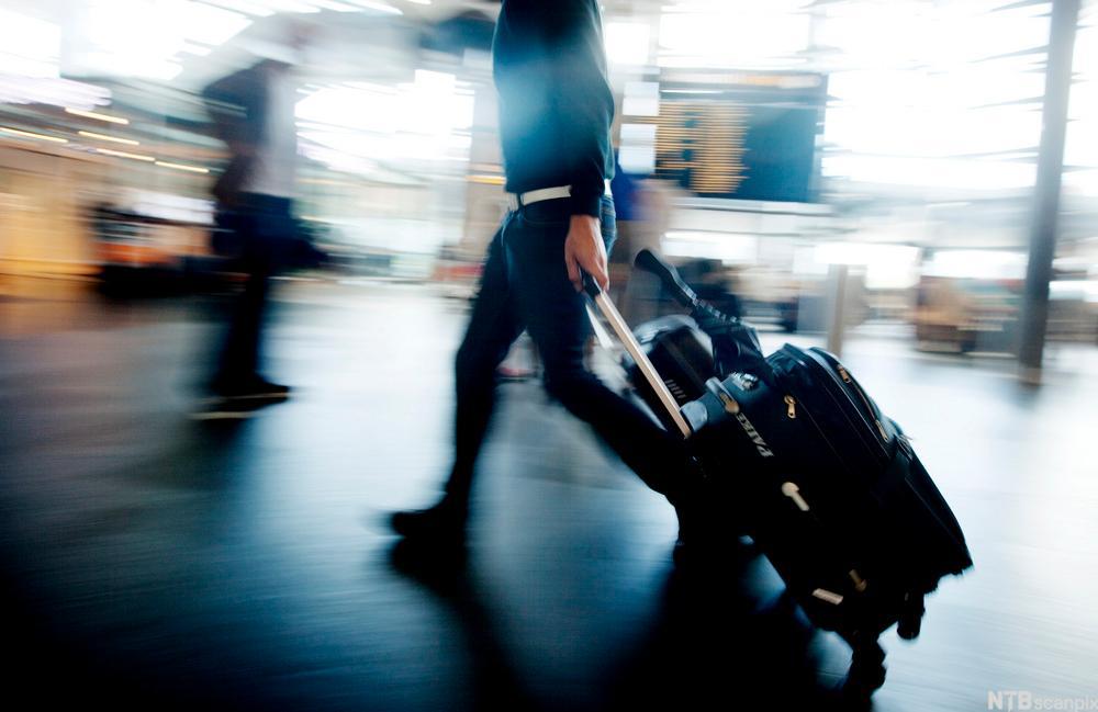 Passasjer med trillekoffert.foto.