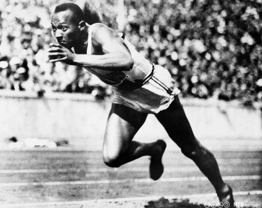 Jesse Owens løper 200-meter i OL i Berlin i 1936