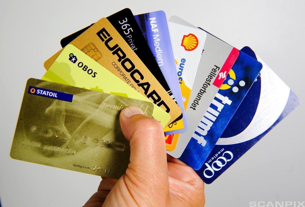 Kredittkort som gir drivstoffrabatt i bensinmarkedet. Foto.