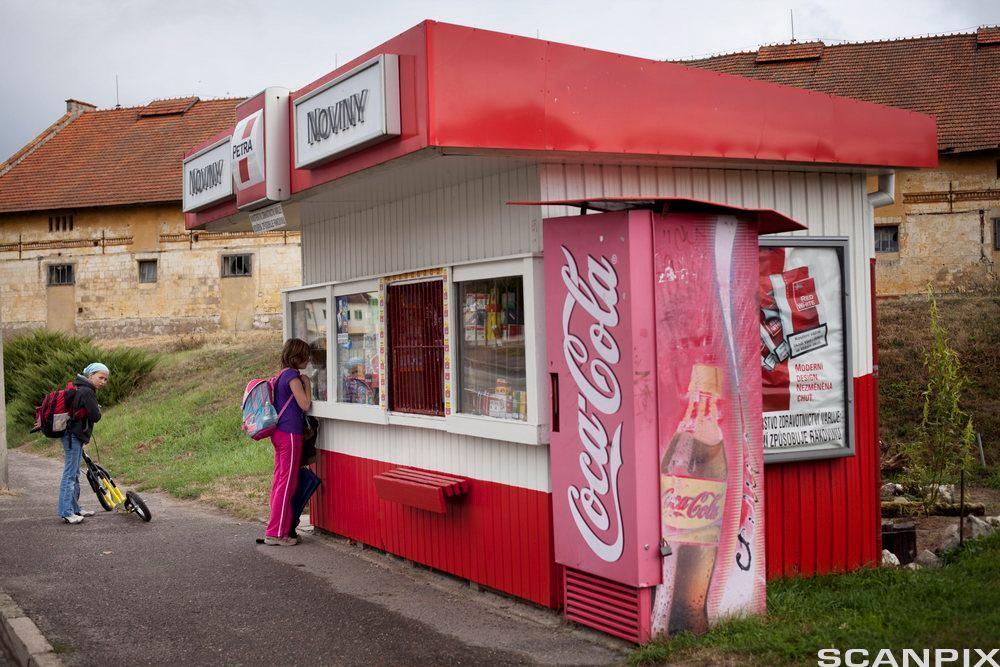 Bilde av en gammel Coca-Cola-automat og kiosk i Tsjekkia.