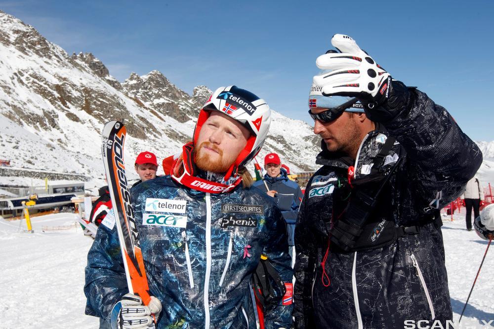 Trener og storslalomløper i skiløype. Foto.