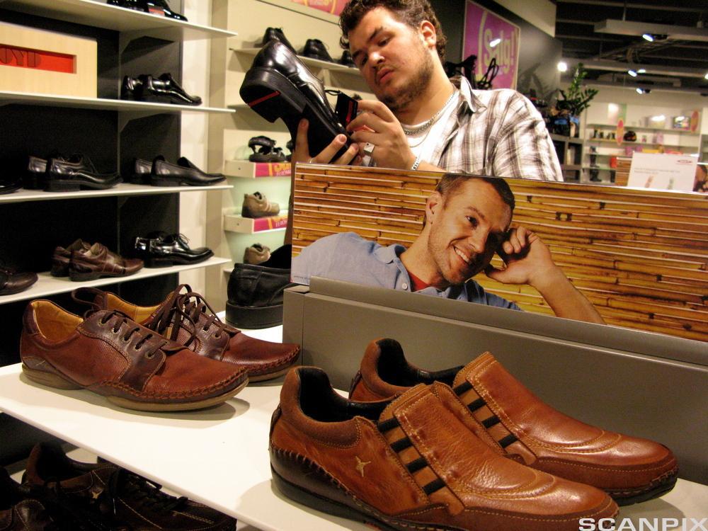 Bilde av en ung gutt som skal kjøpe sko.