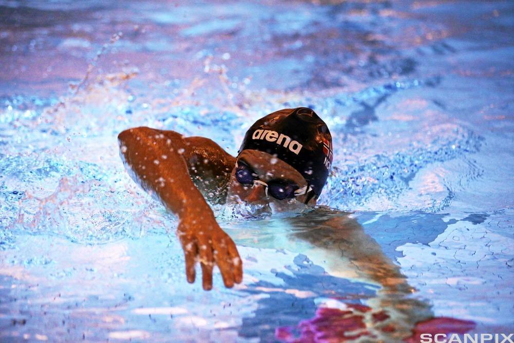Gutt svømmer. Foto.
