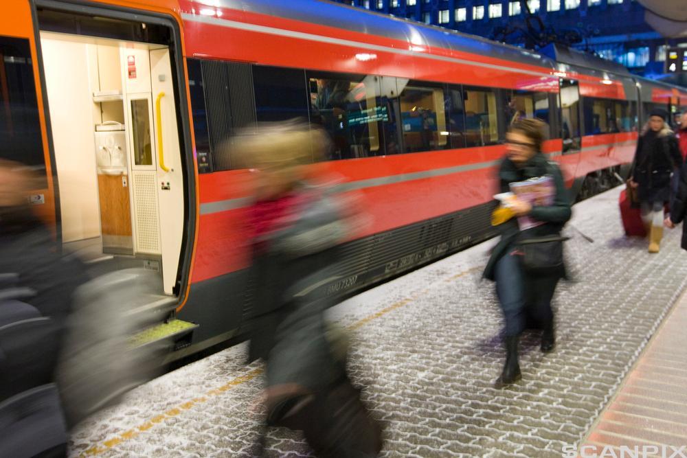 Personer som haster mot toget. Foto.