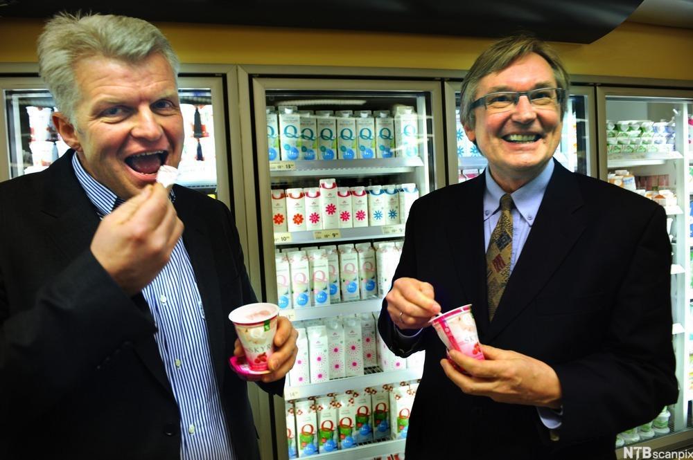 Administrerende direktør Bent Myrdahl i Q-Meieriene og administrerende direktør Erik Volden i eierselskapet Kavli. Foto.