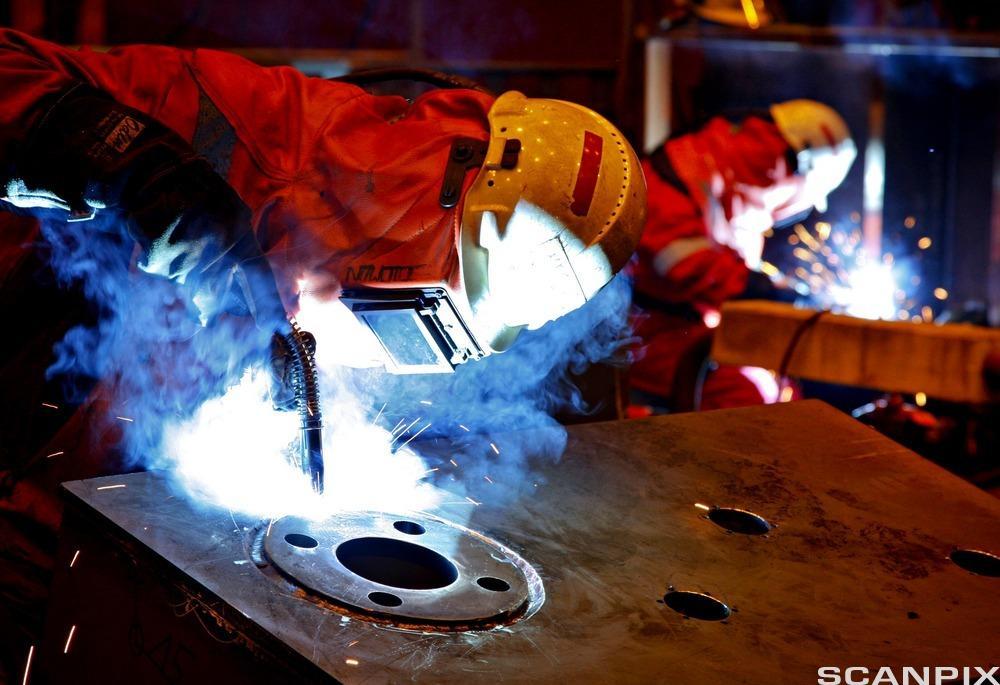 sveisere i arbeid. foto.