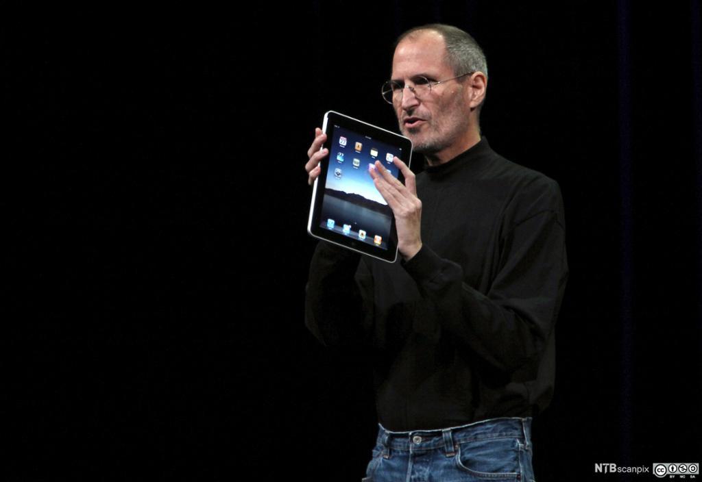 Bilde av Steve Jobs med en iPad fra Apple.