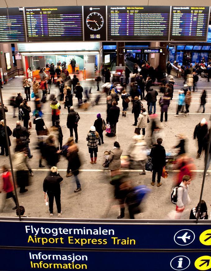 Mennesker på Oslo sentralstasjon. Bilde.